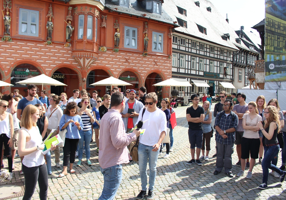 Organisator Gunnar Schulz-Lehnfeld vergibt die Gruppenaufgaben an die Studierenden. Foto: Max Förster