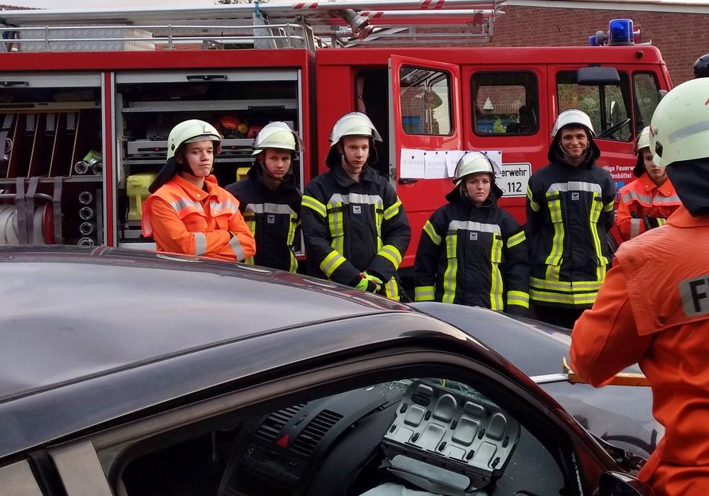 Die Einsatzkräfte bei der Übung in Halchter. Fotos: Hanno Remmer/Marcel Hänschen