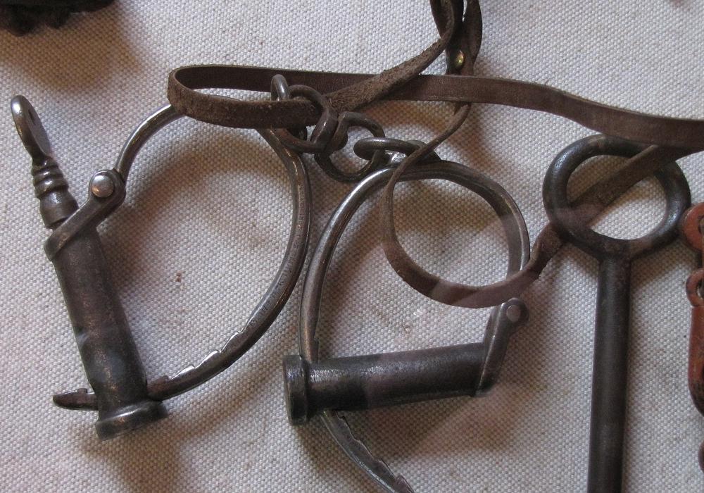 In der Vergangenheit wurden Eisenketten genutzt, heute debattiert die Politik über Fesseln, mit GPS-Sender. Symbolbild/Foto: pixabay