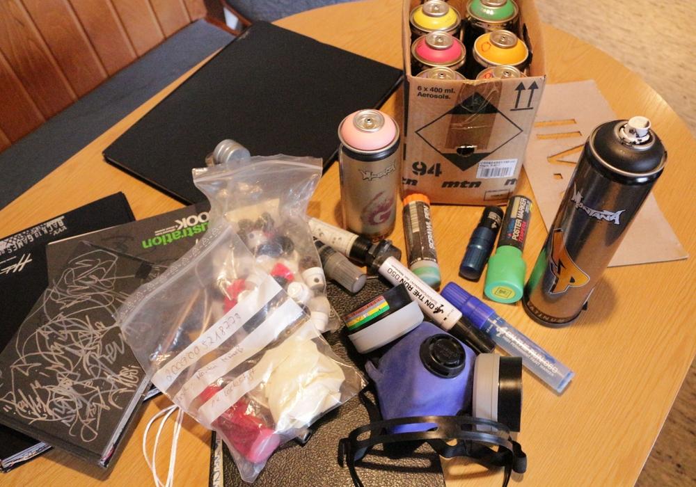 Natürlich weiß auch die Ermittlungsgruppe, was ein Sprayer so alles braucht. Foto: Robert Braumann
