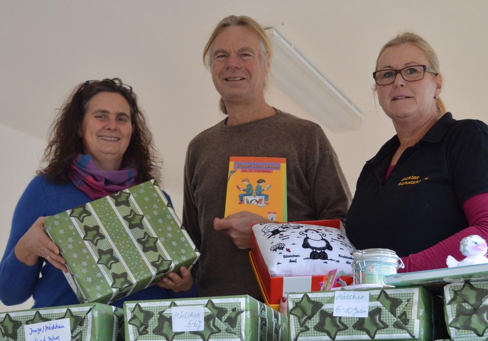 Claudia Heyden-Rynsch, Henning Terschüren und Anja Grewe bei der Spendenübergabe (v. li.). Foto: Samtgemeinde Sickte / Richert