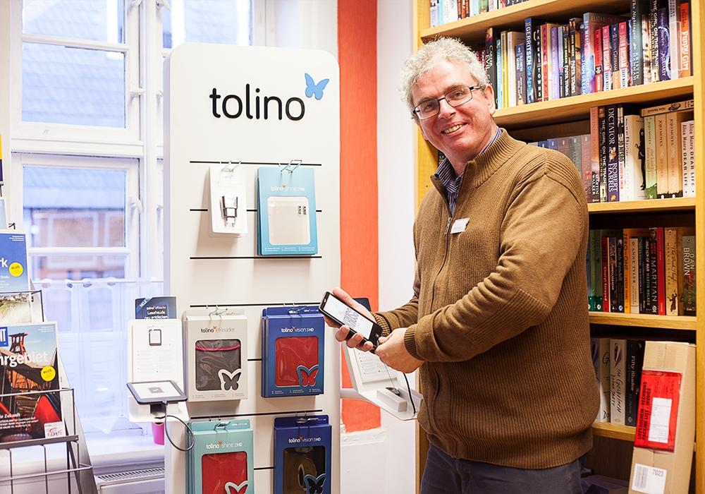 Peter Reich findet den Tolino besonders für ältere Leser toll, da man die Schrift nach belieben vergrößern kann. Foto: Alec Pein