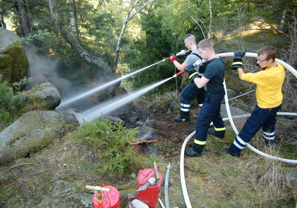 """Löscharbeiten auf dem Felsen """"Ziegenrücken"""" im Okertal. Hier hatte sich das Feuer teils unterirdisch weiter gefressen. Foto: Feuerwehr Oker"""