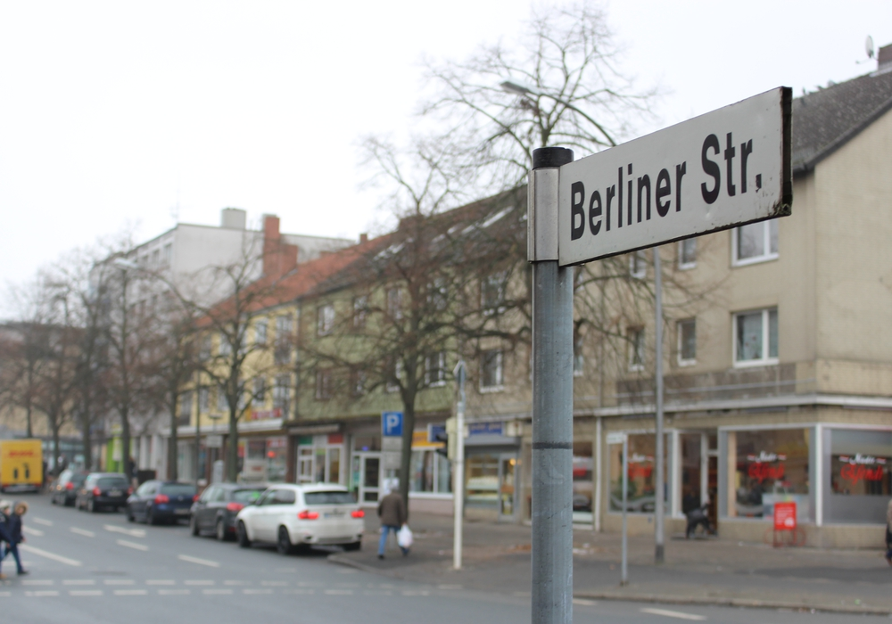 Die Linden und Parkplätze sollen laut Plan den Umbaumaßnahmen der Berliner Straße weichen. Foto: Alexander Panknin