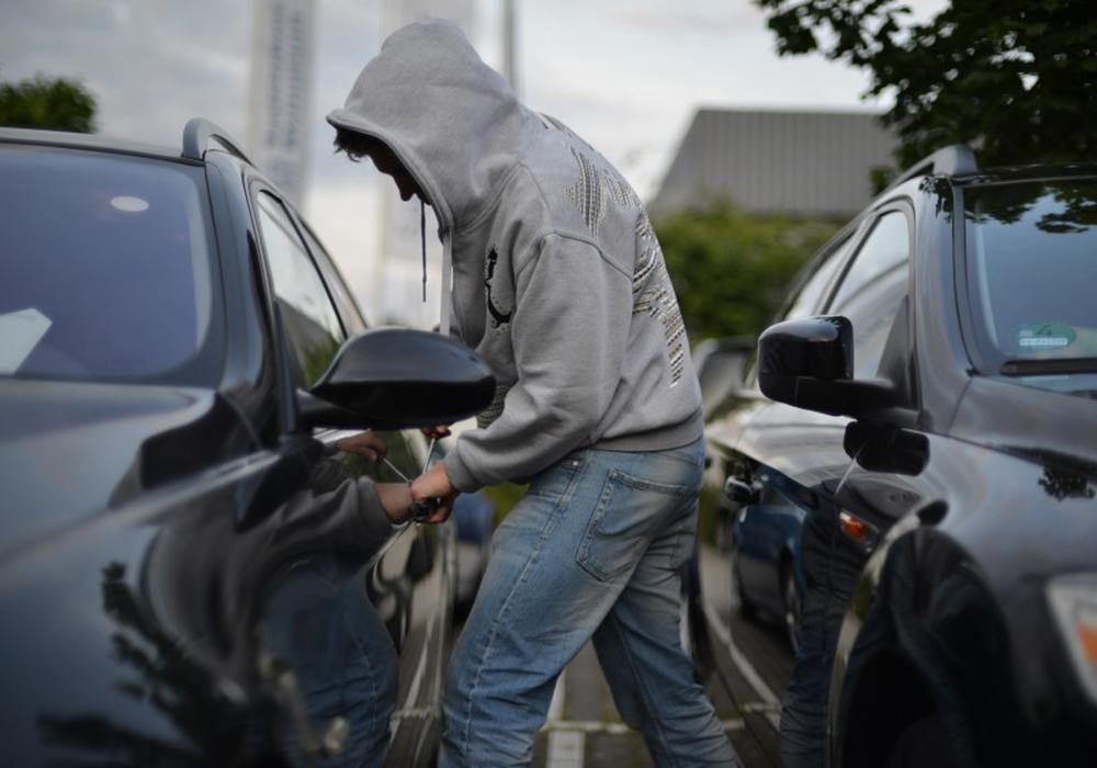 Unbekannte brechen ein Auto auf, um Gartengeräte zu stehlen.  Symbolfoto: www.polizeiberatung.de