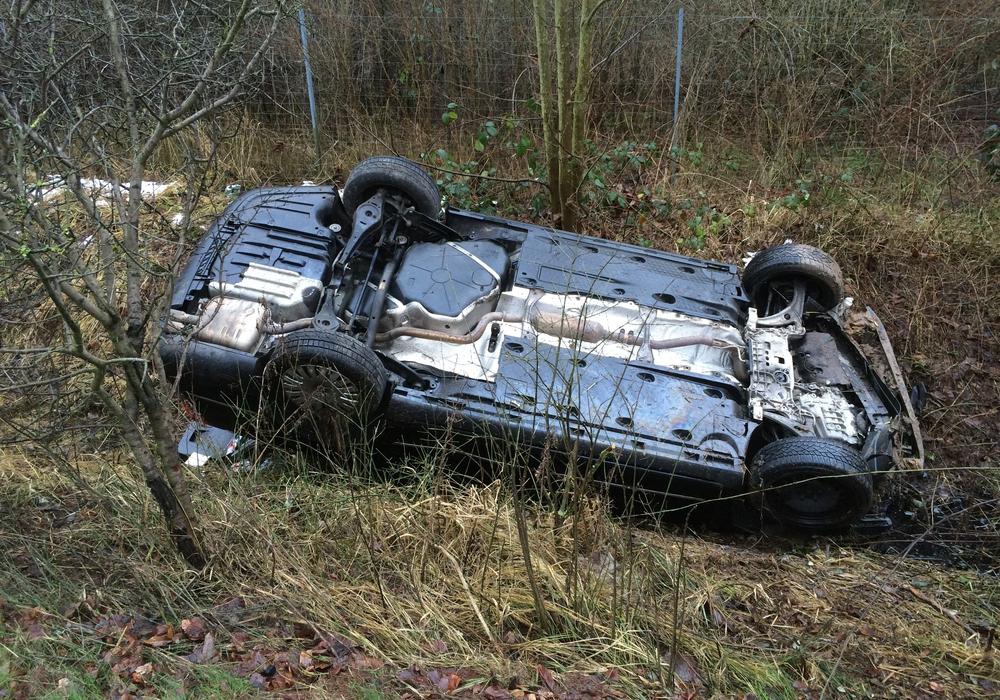 Auto landet nach Kollision mit einem LKW kopfüber im Graben. Fotos/Videos: Werner Heise