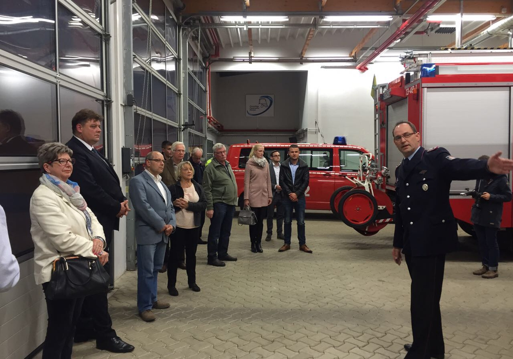 Nach einer kurzen Führung durch das Gebäude diskutierte Nacke mit Vertretern der CDU Wolfsburg und interessierten Bürgern über Fragen des Brand- und Katastrophenschutzes. Foto: CDU Wolfsburg