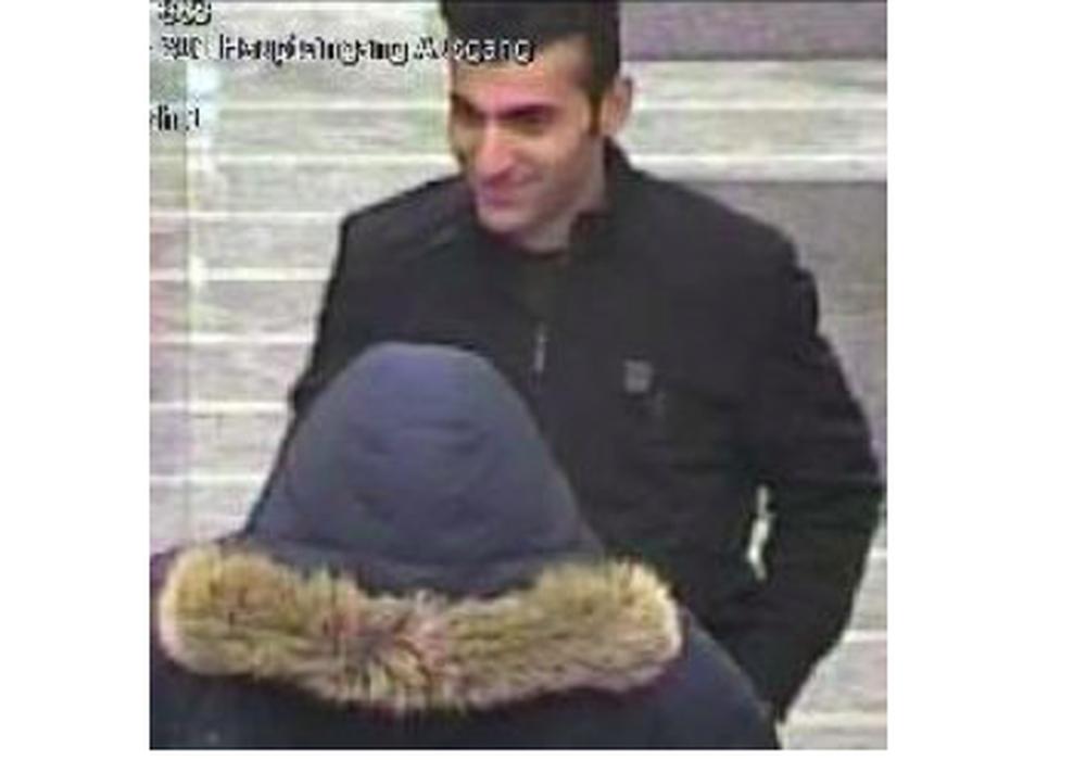 Mit dem Foto aus der Überwachungskamera einer Bank sucht die Polizei Braunschweig nach einem Zeugen, in dessen Begleitung ein mutmaßlicher, bislang unbekannter, EC-Kartenbetrüger war. Foto: Polizei