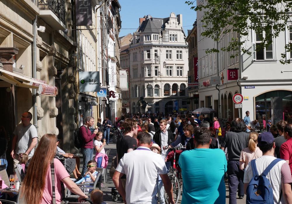 Die Innenstadt war richtig voll. Viele Besucher kamen und genossen bei einem Eis die Sonne. Fotos: Alexander Panknin