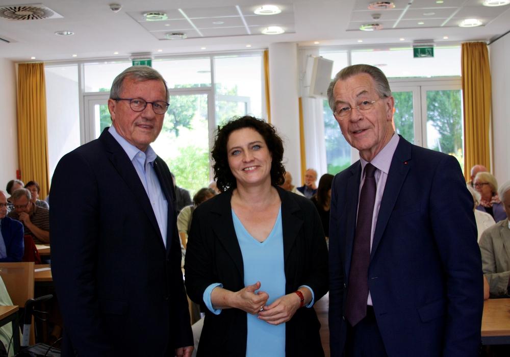 Wilhelm Schmidt, Dr. Carola Reimann und Franz Müntefering (v.li.) im voll besetzten Saal der BBG-Seniorenresidenz in der Tuckermannstraße. Foto: Cornelia Winter