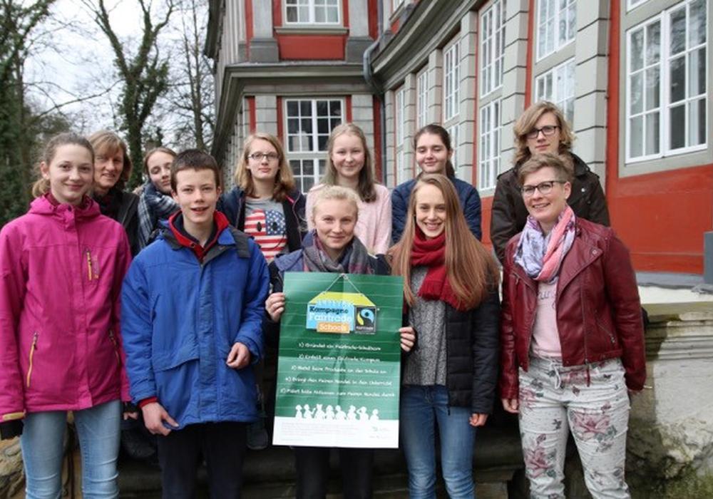 Das Bild zeigt die Mitglieder der AG zusammen mit der Lehrerin und Leiterin Jutta Schnippe. Foto: Bötel
