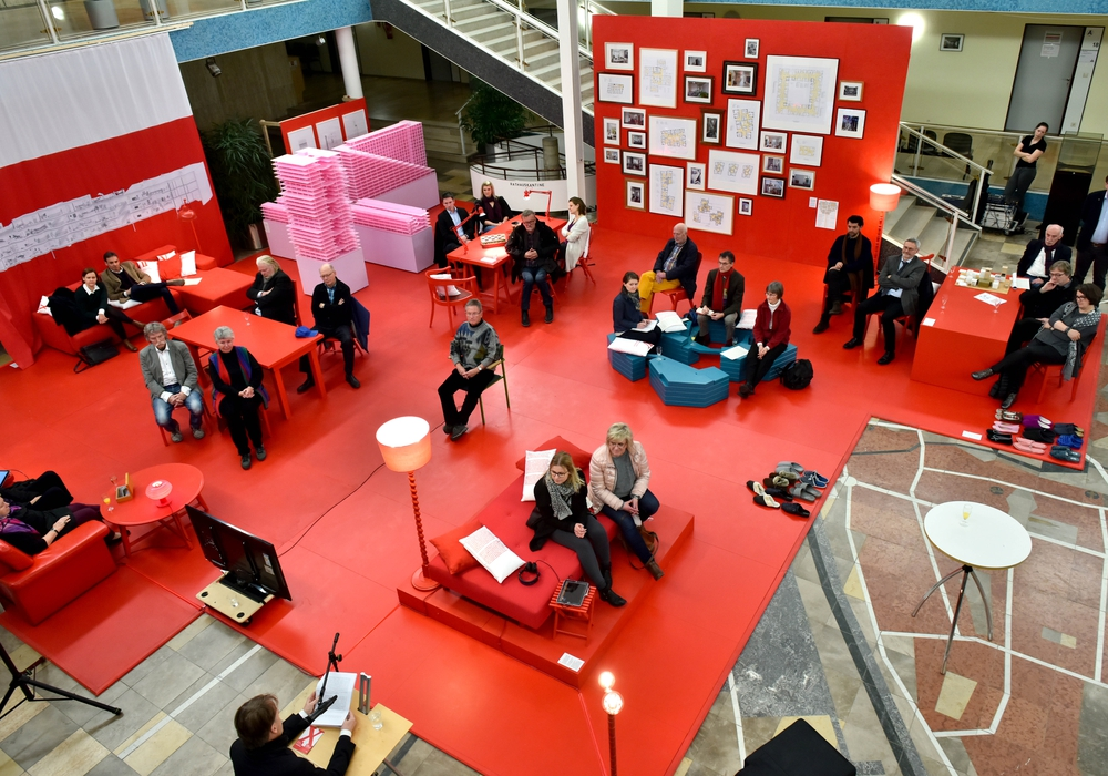 """Eröffnung der Ausstellung """"Neue Standards. Zehn Thesen zum Wohnen"""" im Rathaus. Foto: Stadt Wolfsburg/Lars Landmann"""