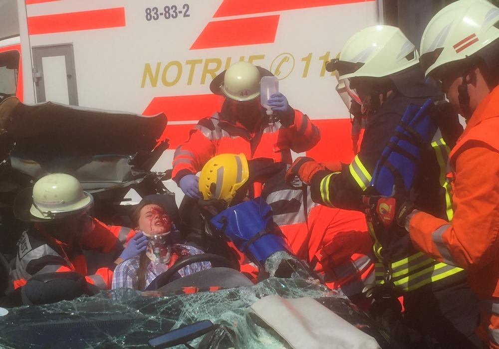 Bei nachgestellten Unfällen konnten sich die Jugendlichen einen Eindruck über die Schwere der möglichen Verletzungen machen. Fotos: Asklepios Harzkliniken GmbH