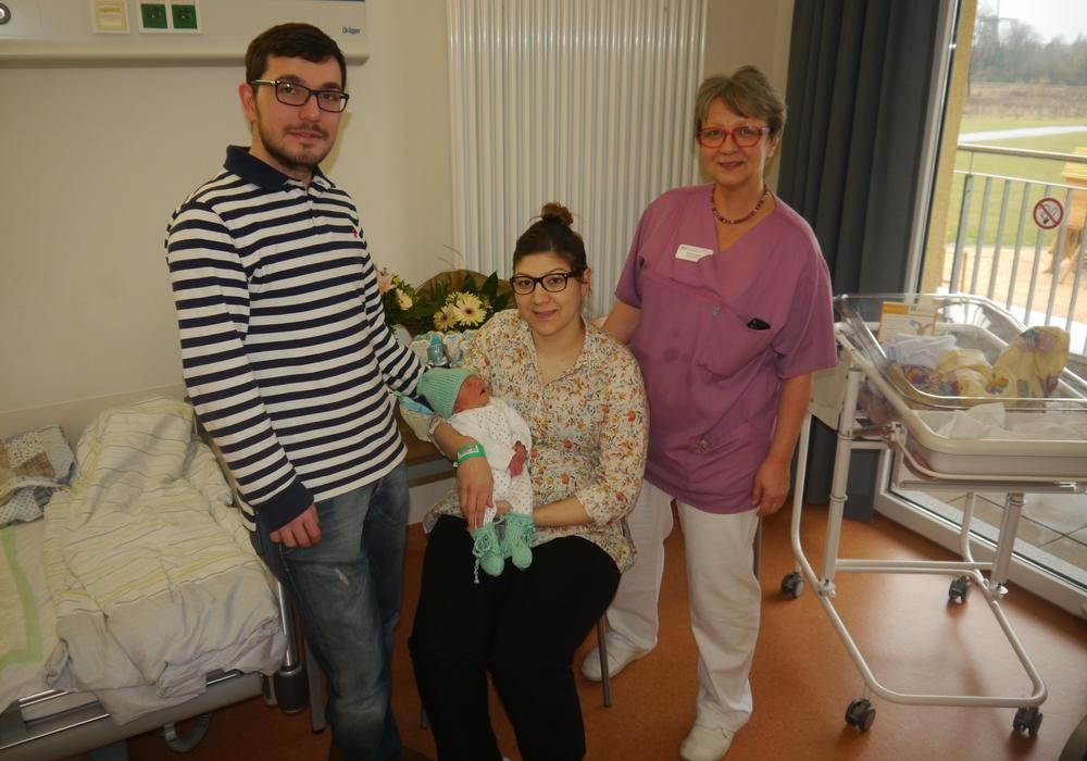 Die stolzen Eltern gemeinsam mit der Stationsleiterin der Frauenklinik Carmen Gragert. Foto: Helios Klinik Gifhorn