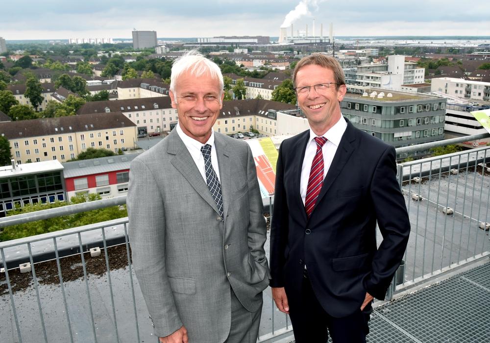 Matthias Müller und Klaus Mohrs auf dem Rathausdach in Wolfsburg. Foto: Stadt Wolfsburg/Lars Landmann