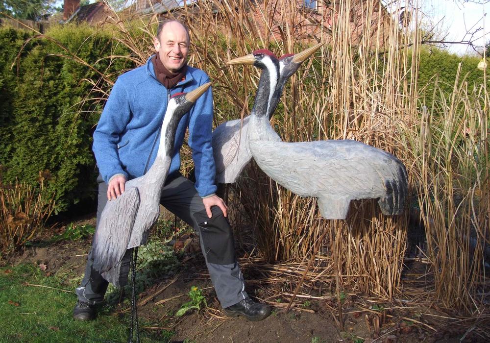 Bildhauer und Künstler Jürgen Eimecke präsentiert seine Vogelskulpturen im Otter-Zentrum. Foto: Otter-Zentrum