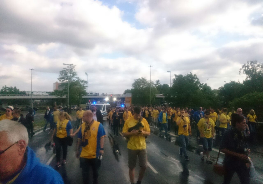 Die Fans pilgern zur VfL-Arena. Fotos: Eva Sorembik, Frank Vollmer, Antonia Henker