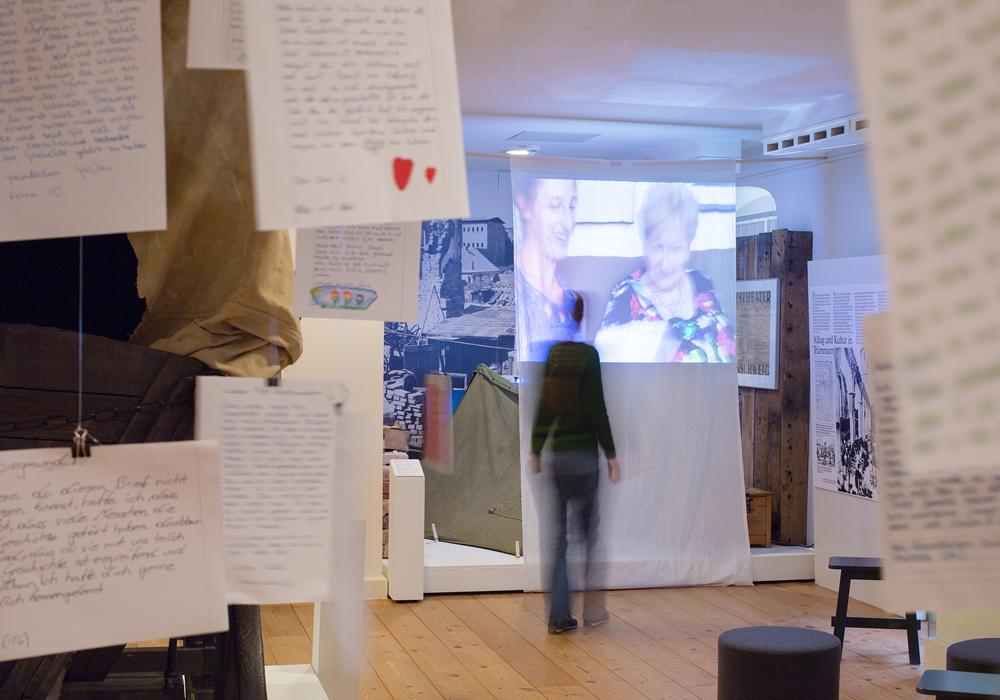 In Briefen an die Überlebenden können die Besucherinnen und Besucher mit den Überlebenden in Kontakt treten. Fotos: A. Pröhle, Braunschweigisches Landesmuseum