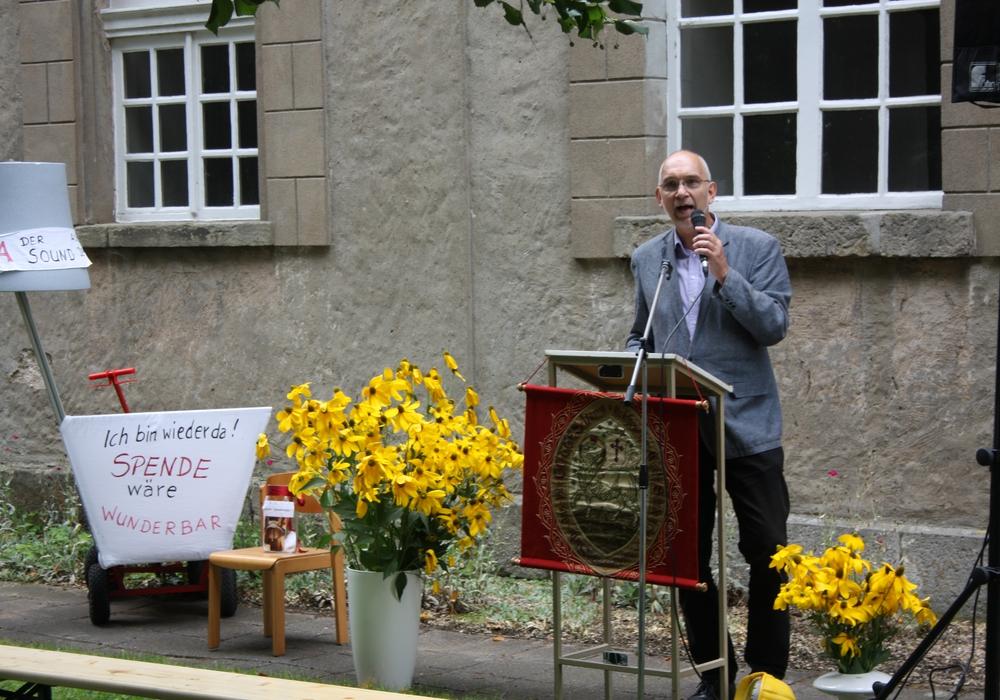 Superintendent spricht Grußworte. Foto: Kirchenkreis