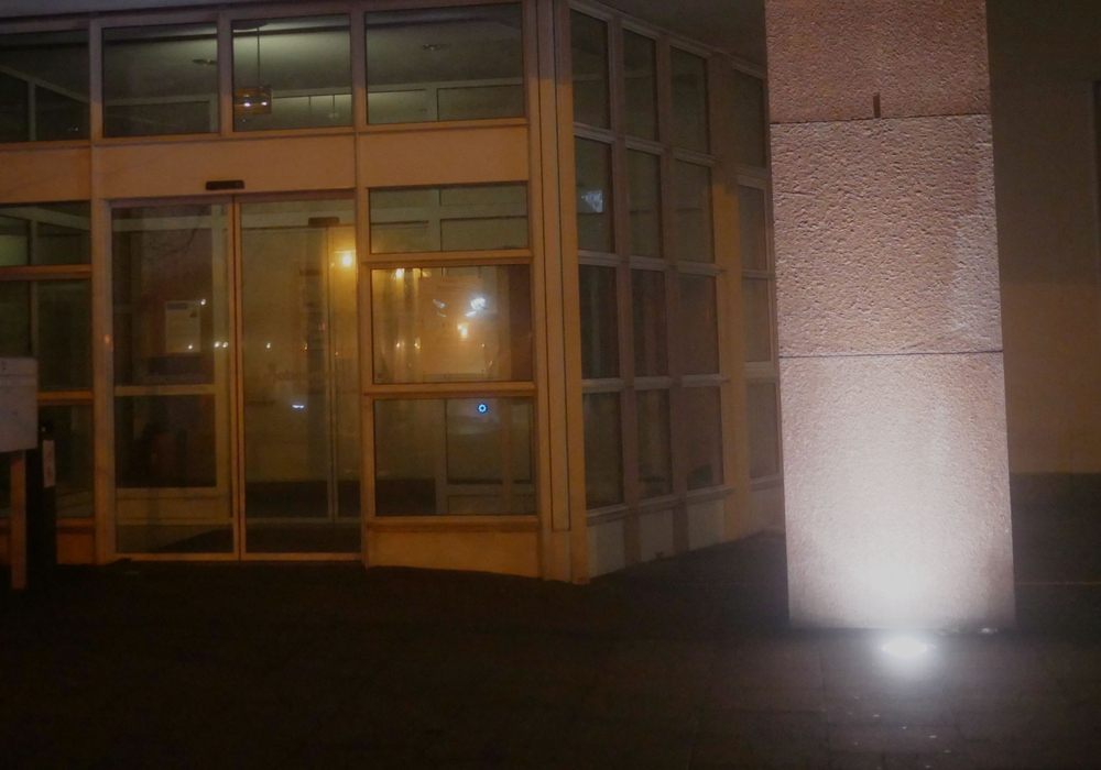 Betrunkener Mann wird halbnackt im Eingangsbereich einer Bank  aufgefunden. Symbolfoto: Alexander Panknin