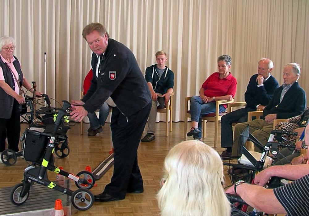 Senioren lernen den richtigen Umgang mit dem Rollator. Foto: Verkehrswacht Braunschweig e.V.