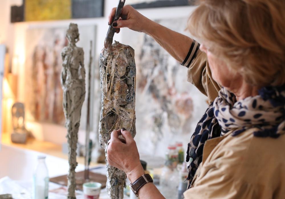 Schicht für Schicht: Die Braunschweiger Künstlerin Marianne Hippler bei der Arbeit an ihren Plastiken Foto: Privat