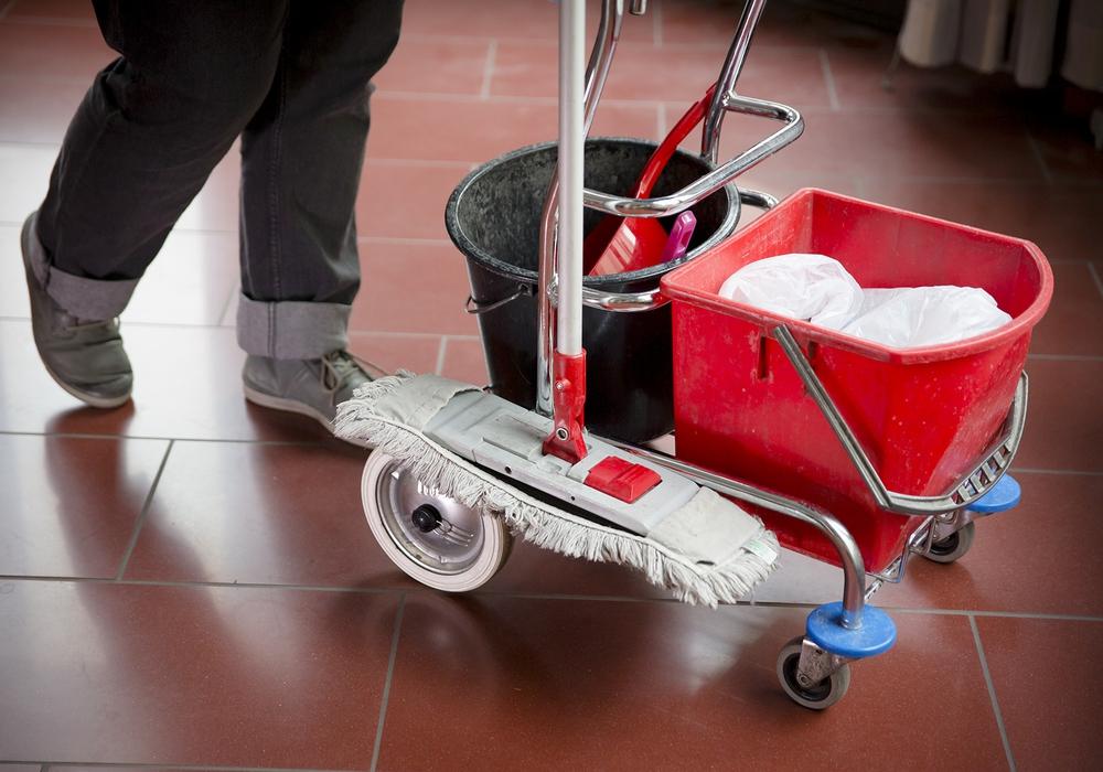 Wer als Reinigungskraft arbeitet und nicht in der Gewerkschaft ist, dem drohen ab Januar deutliche Lohneinbußen. Davor hat die IG BAU gewarnt. Foto: IG BAU