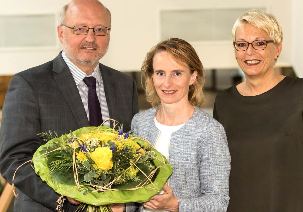 BU: Die Klinikgeschäftsführerin Dr. Alice Börgel (Mitte) beglückwünschte zusammen mit der Pflegedirektorin, Karin Schenke-Wischnewski, den neuen Ärztlichen Direktor, Dr. Dietmar Loitz, zu seinem neuen Amt