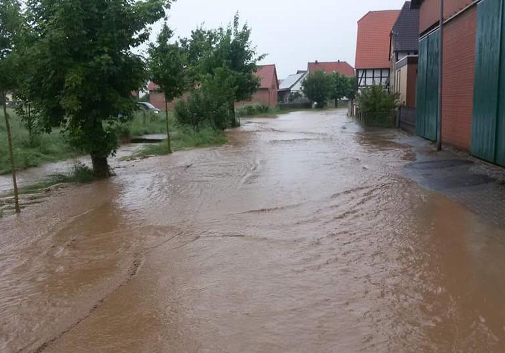 Aufgrund der vielen Niederschlägen in den letzten Tagen, ist die Nette bei Rhüden im Landkreis Goslar über die Ufer getreten. Fotos: Feuerwehr