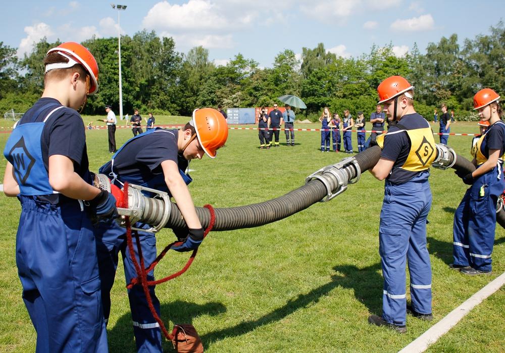 Die Jugendfeuerwehr Mehrum verlegt die Saugleitung und sichert sie mit Leinen. Fotos: Feuerwehr