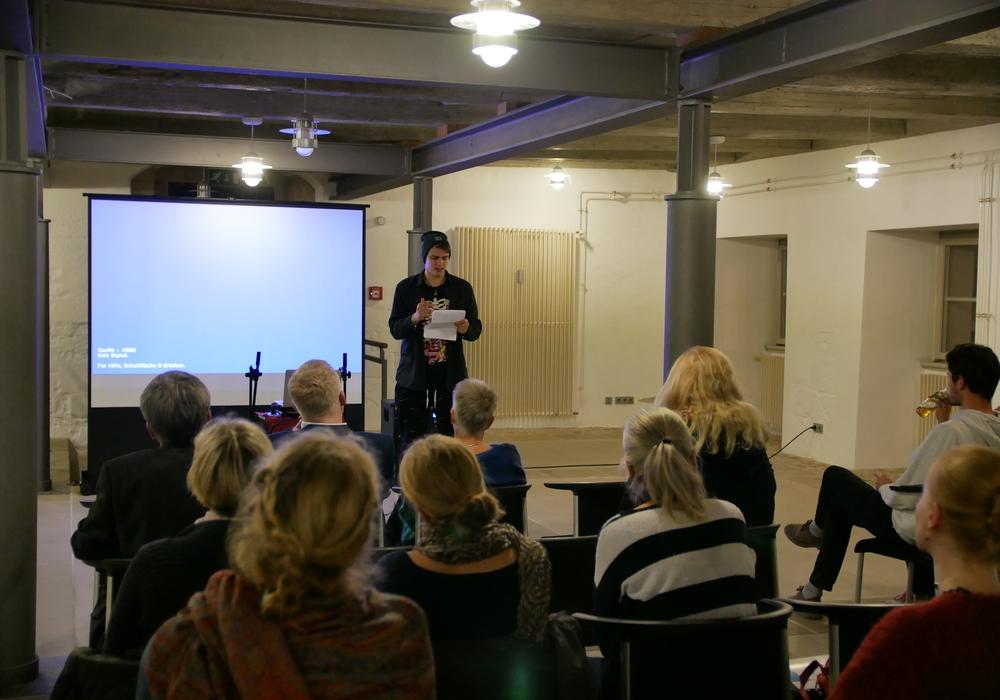 """Ernste Themen einfühlsam präsentiert: Im Poetry Slam stellten junge Leute ihr Projekt der """"Wohnzimmerbühne – Bühne der Vielfalt"""" vor. Foto: Landkreis Wolfenbüttel"""