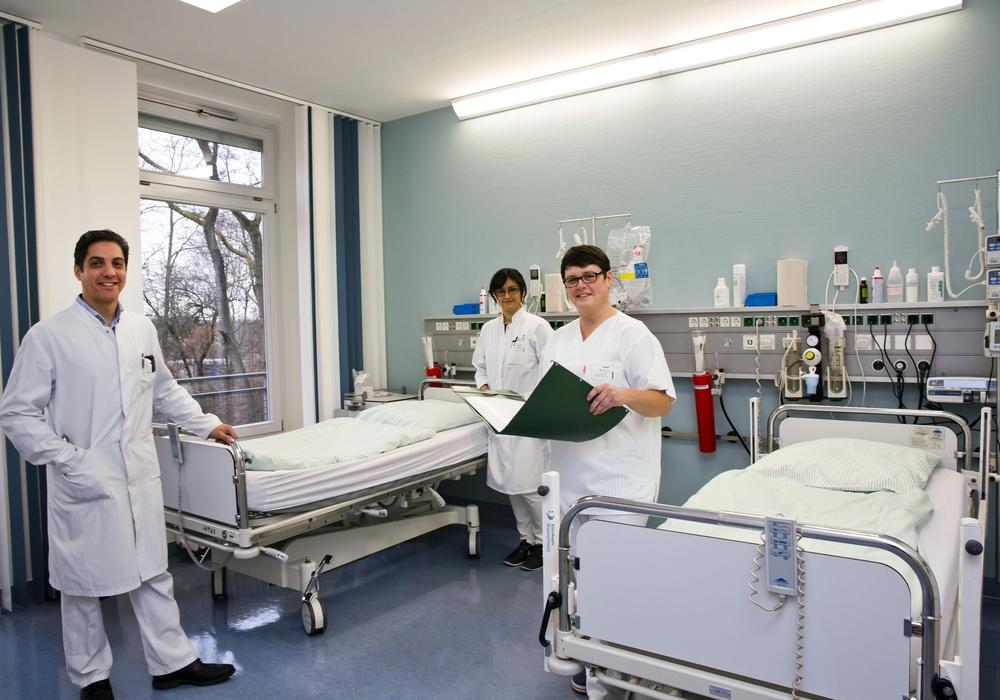 Freuen sich über die Erweiterung der Stroke Unit (von links): Oberarzt Mazen Abu Mugheisib, Ärztin Parnian Kalbasi Anaraki und Sabine Schütz (Pflegefachleitung). Foto: Klinikum Braunschweig / Jörg Scheibe