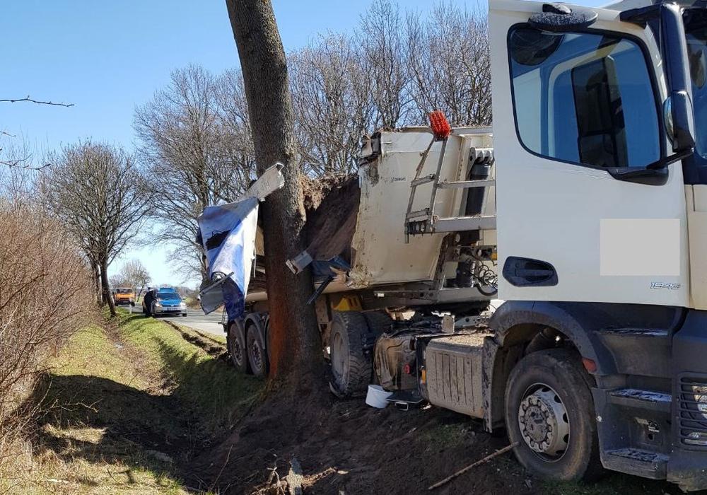Der LKW blieb am Baum hängen. Fotos: Feuerwehr Samtgemeinde Velpke