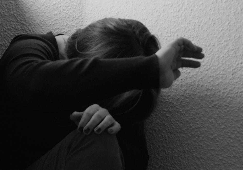 Der Angeklagte soll mit der Faust gegen den Kopf und mit einem Fahrradschloss gegen den Oberkörper eines Opfers geschlagen haben. Symbolfoto: regionalHeute.de