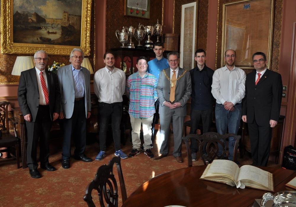 Bürgermeister Ian Gilchrist, Mitte, empfängt die Schülergruppe. Die Mechatroniker Gabriel Aly (Stadt BS/HBS), Tim Bölke (BMA) und Martin Schnelle (F.S. Fehrer) sowie die IT-Systemelektroniker Raphael Piegsa (Stadt BS/HBS) und Dominik Kollas (Ingenieurbüro Hörmann) werden begleitet durch Paul Kavanagh, Präsident der Deutsch-Englischen-Gesellschaft Braunschweig (links außen) und Bryan Chalker, Mitglied der Bath-Braunschweig Twinning Association (zweiter v.l.) sowie Jens Müller, Koordinator für Europaprojekte der HBS, rechts außen. Foto: HBS