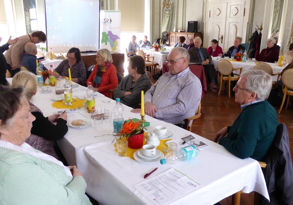 Auf dem Foto ein Blick in den gut gefüllten Spiegelsaal der Seniorenbetreuung Schloß Schliestedt anlässlich der Tagung der Senioren AG-Braunschweig des Landesseniorenrates Niedersachsen (rechts neben der Leinwand die regionale Zuordnung des LSR als Roll-up). Foto: Resch-Hoppstock