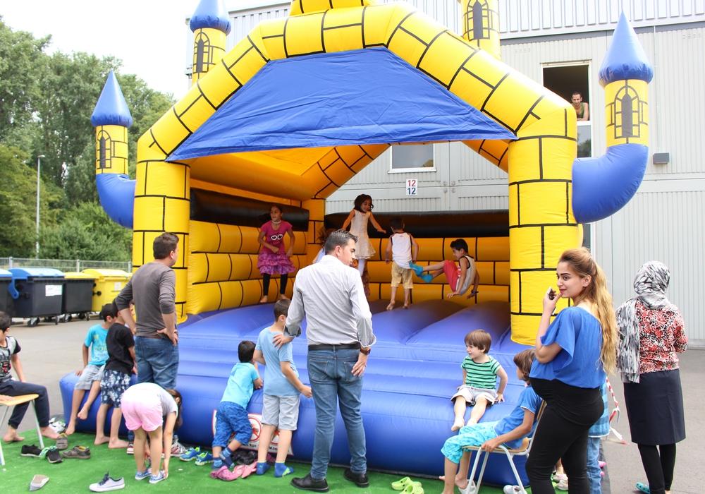 Die Kinder hatten sichtlich Spaß auf der Hüpfburg. Fotos: Max Förster