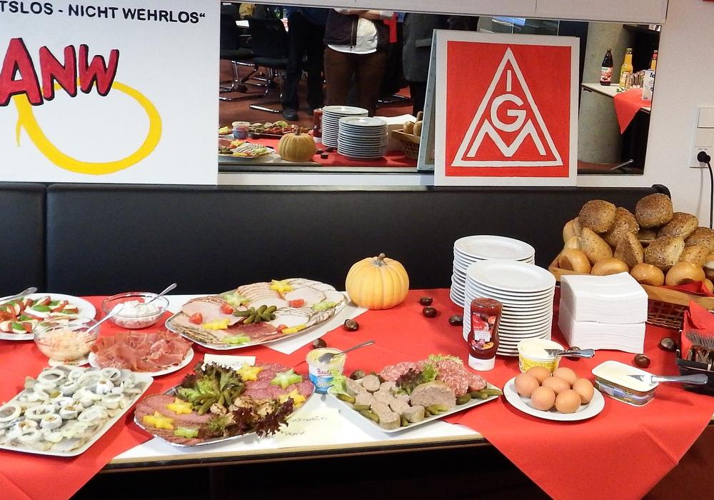 Die Tische im Gewerkschaftshaus stehen voll mit Wurst, Käse, Butter, Brötchen und Obst. Foto: IG Metall Wolfsburg