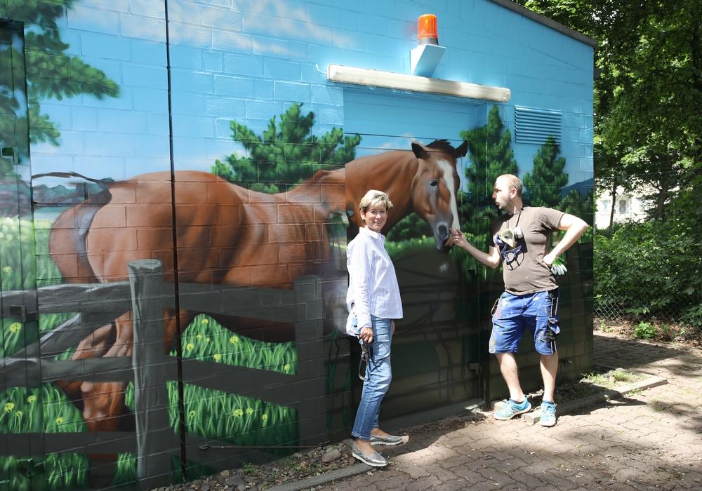 Kerstin Hecker (Marketingleiterin Stadtwerke) und Simon Pape (ART-EFX) am neuen Kunstwerk an der Adersheimer Straße. Foto: Stadtwerke Wolfenbüttel