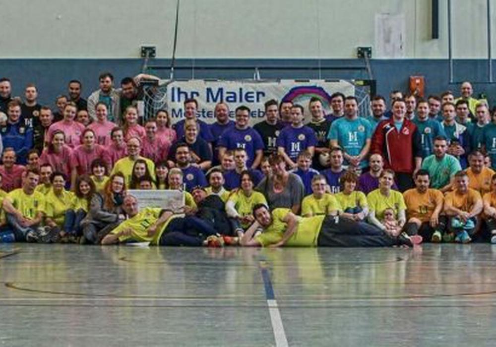 Gruppenfoto der teilnehmenden Mannschaften beim Kicken für KidSZ. Foto: privat