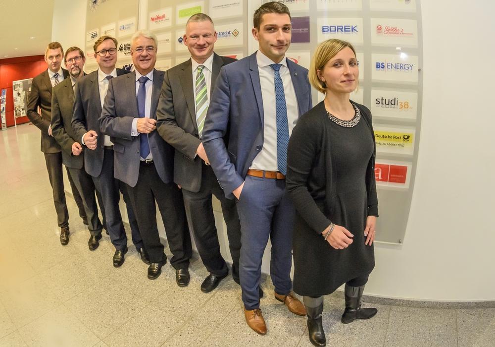 Geschäftsführer Dr. Jens Bölscher (links) begrüßt den neuen Vorstand der WelfenAkademie um Thomas Fehst (weiter von links), Jens Düe, Joachim Roth, Rüdiger Giesemann, Florian Bernschneider und Dr. Anne Cockwell. Claudia Block (nicht im Bild) gehört ebenfalls dem Vorstand an. Foto: WelfenAkademie