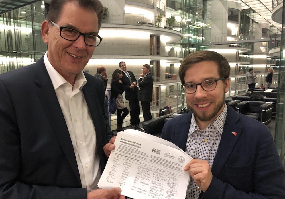 Entwicklungsminister Müller (links) übernimmt die Unterschriften von Victor Perli MdB. Foto: Victor Perli
