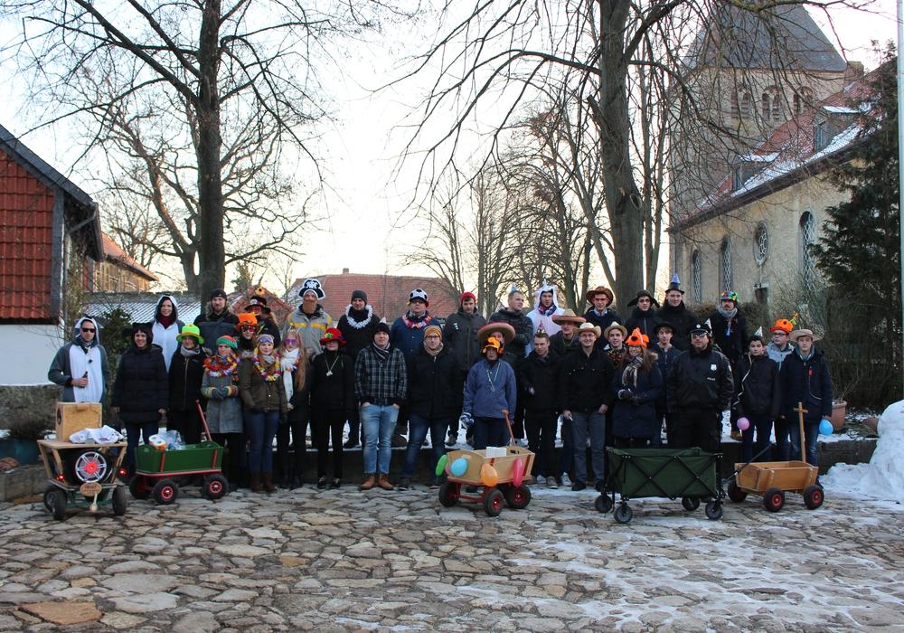 Der Karnevals-Trupp ist bereit zum Aufbruch. Foto: Christoph Böttcher