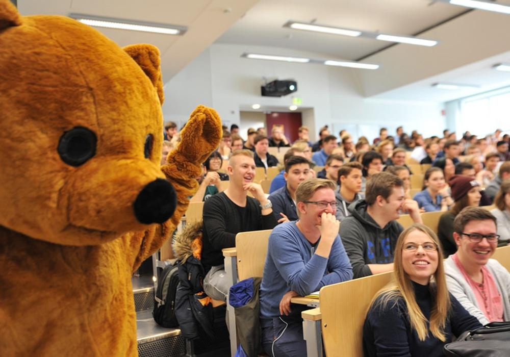 """Auch von einem Maskottchen sind die Studienanfängerinnen und -anfänger an der TU Clausthal willkommen geheißen worden. Nach der Begrüßung wurden sie in """"Bärchengruppen"""" eingeteilt. Foto: Ernst"""
