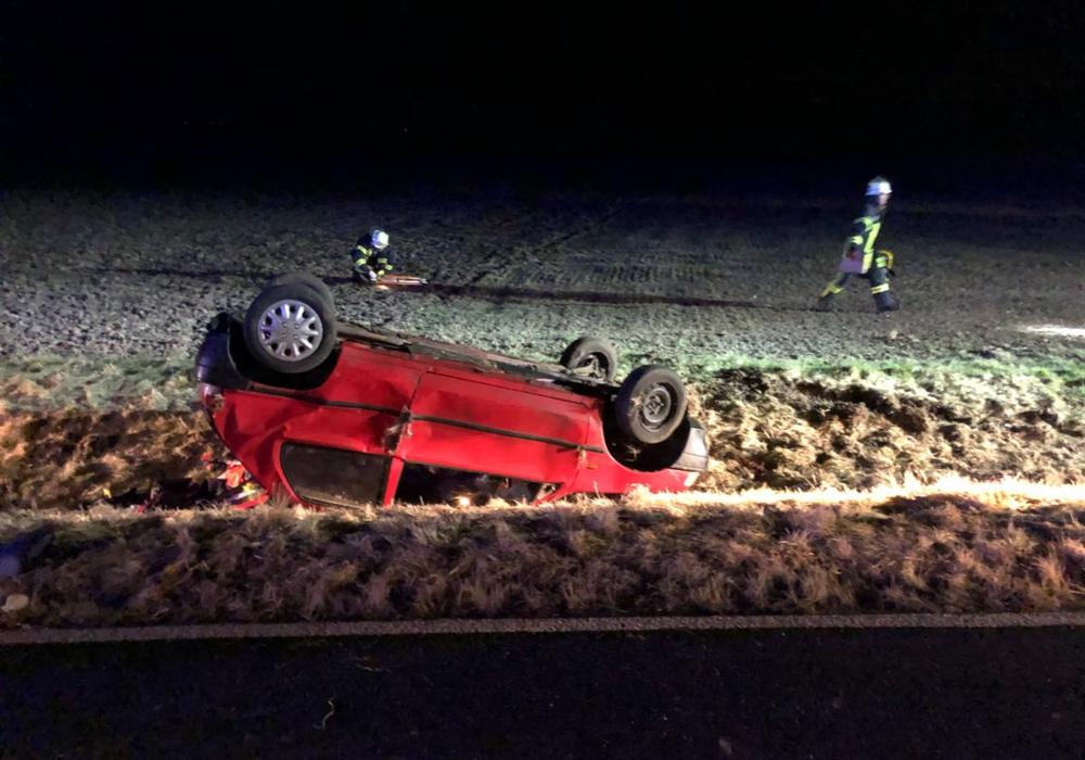 Die Feuerwehr musste eine verletzte Person aus dem verunfallten Fahrzeug befreien. Fotos: Feuerwehr Grasleben