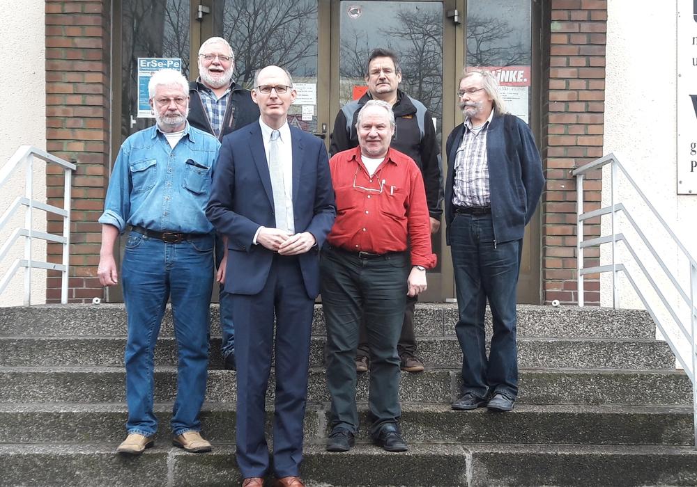 Das Foto zeigt den Landtagsabgeordeneten Christoph Plett (vorne Mitte) mit (vorne von links) Ulrich Boes und Manfred Kays sowie (hinten von links) Jürgen Eggers, Klaus-Peter Lange und Hartmut Germer (alle EIP). Foto: CDU