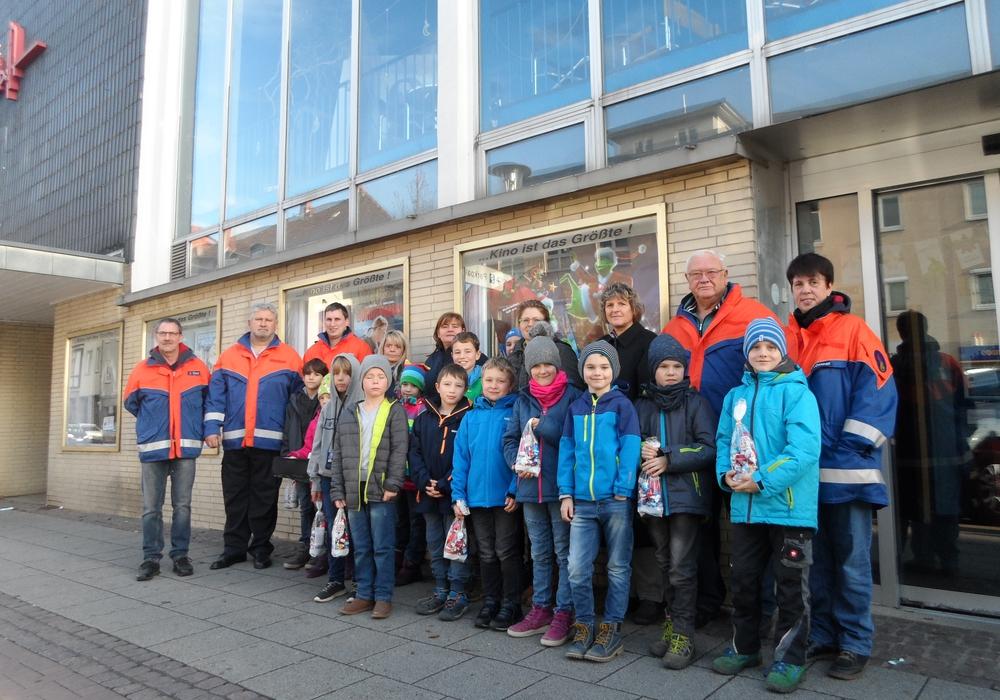 """Der Vorstand des Fördervereins, einige Betreuer und Kinder vor dem """"Filmpalast"""" an der Langen Straße. Fotos: Feuerwehr Wolfenbüttel"""