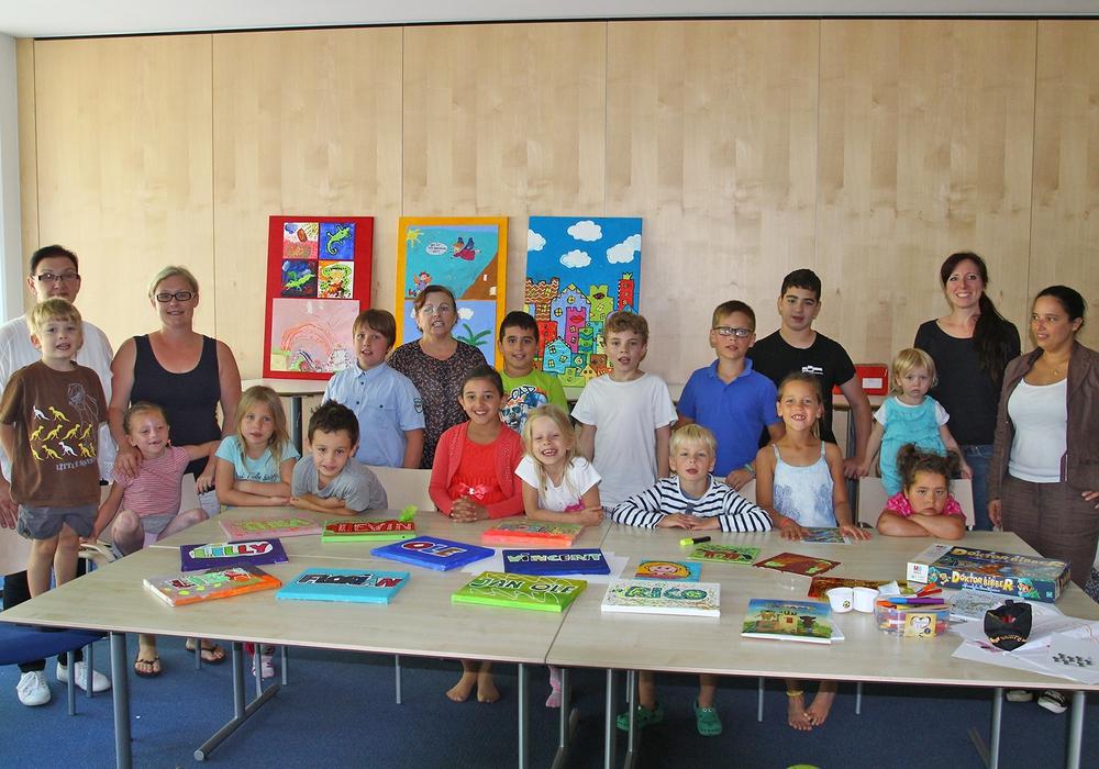 Stolz zeigen die Kinder schon einmal ihre Kunstwerke, die am 20. September beim Tag der offenen Tür des Klinikums präsentiert werden sollen. Foto: Stadt Wolfenbüttel