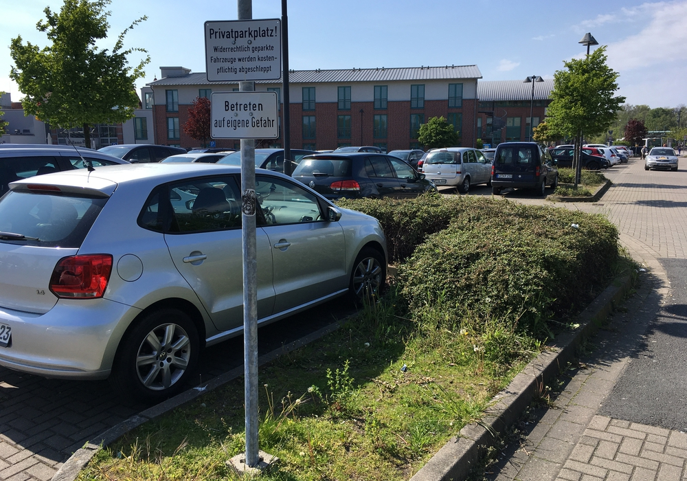 Nur der südliche Teil des Parkplatzes am Bahnhof ist für die Öffentlichkeit uneingeschränkt nutzbar. Foto: Alexander Dontscheff