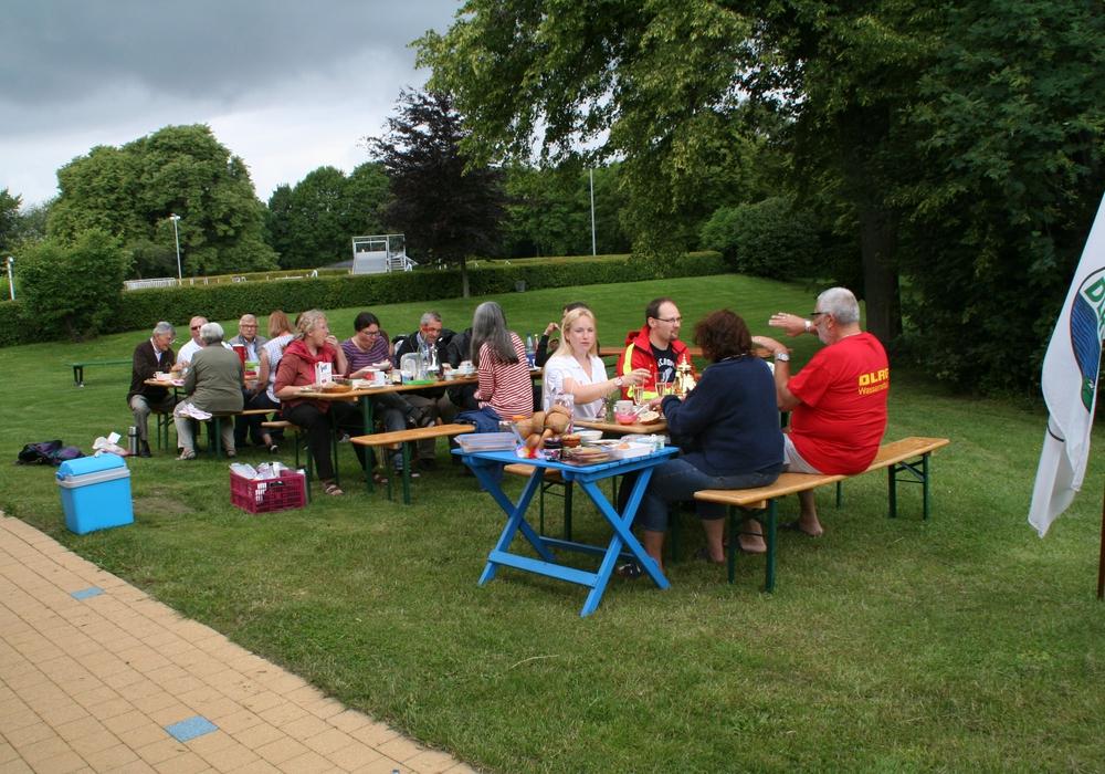 Gemeinsam frühstücken im Freibad am Elm in Hemkenrode, Foto: Diethelm Krause-Hotopp